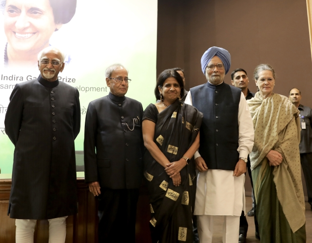 Congress president Sonia Gandhi with CSE director general Sunita Narain (centre), who received the award on behalf of her organisation, former prime minister Manmohan Singh, president Pranab Mukherjee and former vice president Hamid Ansari.