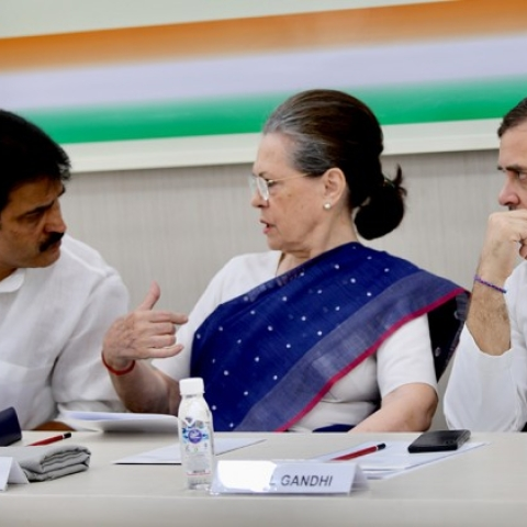 Sonia Gandhi meets senior party leaders to discuss Maharashtra political situation