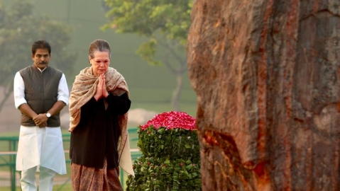 Sonia, Manmohan, Pranab pay tributes to Indira Gandhi on birth anniversary