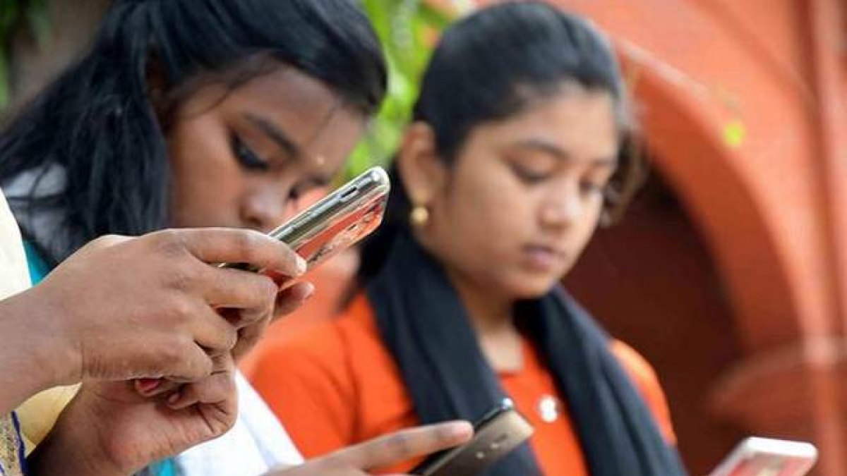 Congress slams government over mobile phone tariff hike