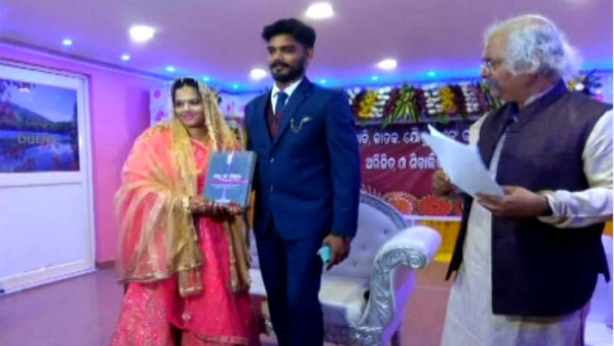 Odisha: Bride and groom take vows in the name of Indian Constitution