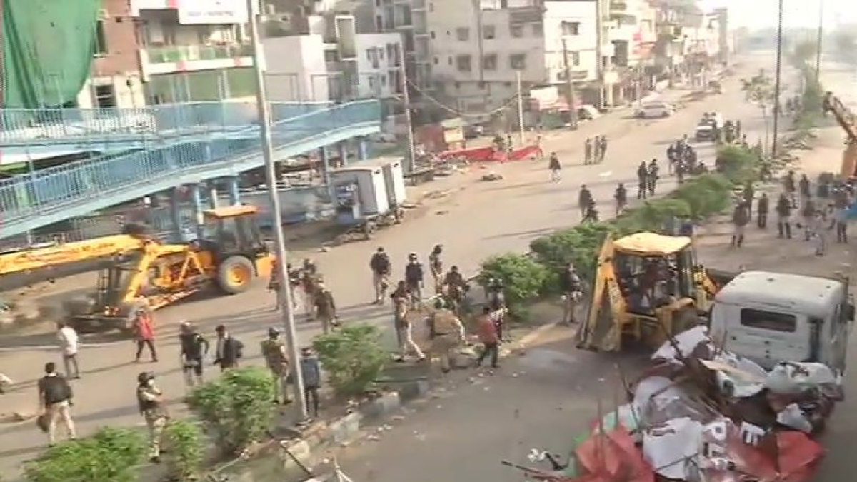 Shaheen being cleared out by Delhi Police (Photo Courtesy: ANI/Twitter)