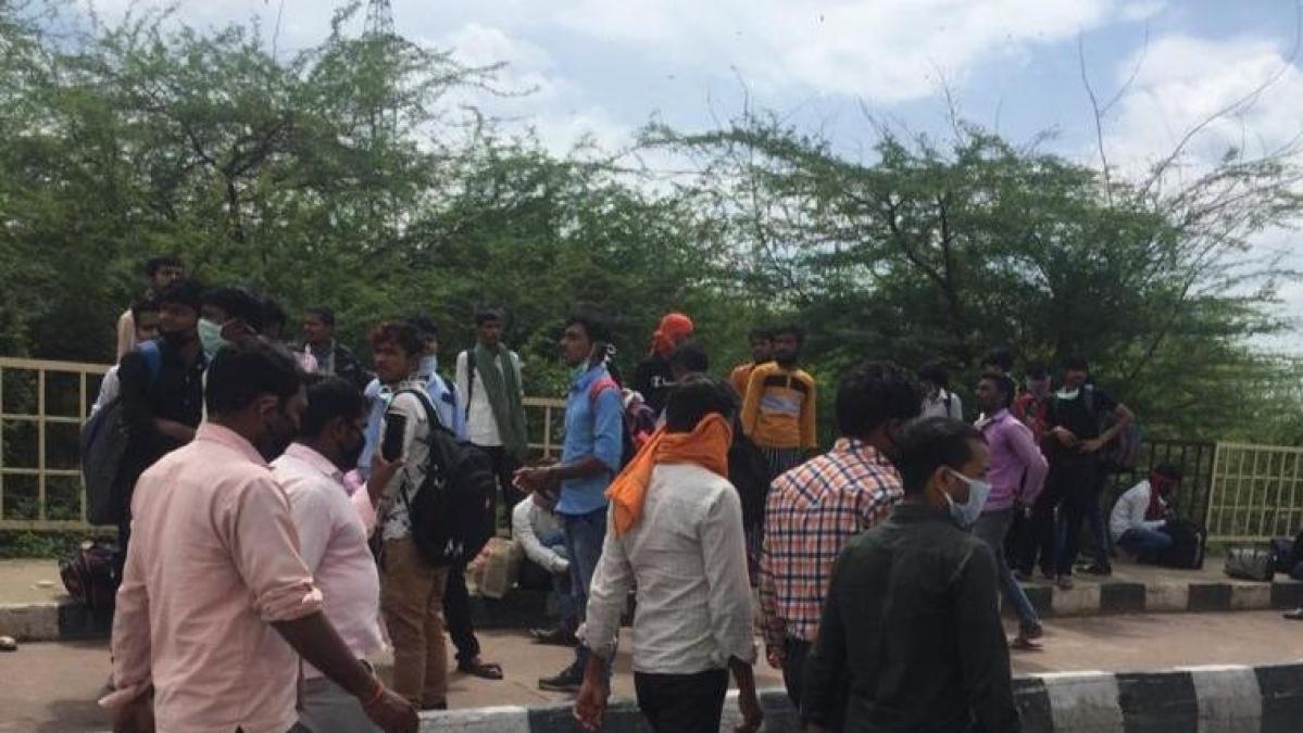 Labourers lug belongings, trudge back home 700 km away