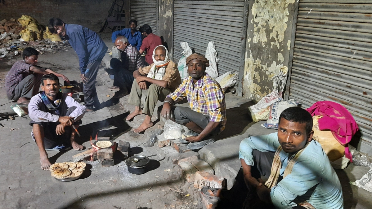 In UP, daily wagers are engaged in an unequal war with lockdown and hunger