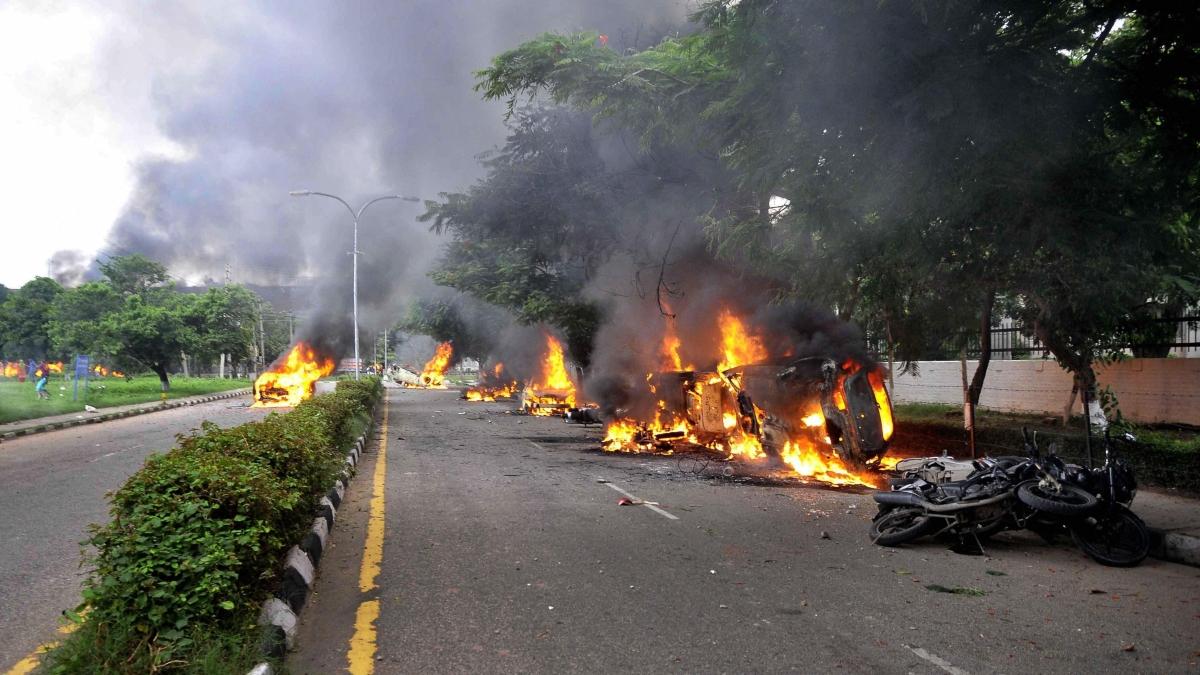 रेप मामले में राम रहीम दोषी करार, समर्थकों ने की हिंसा