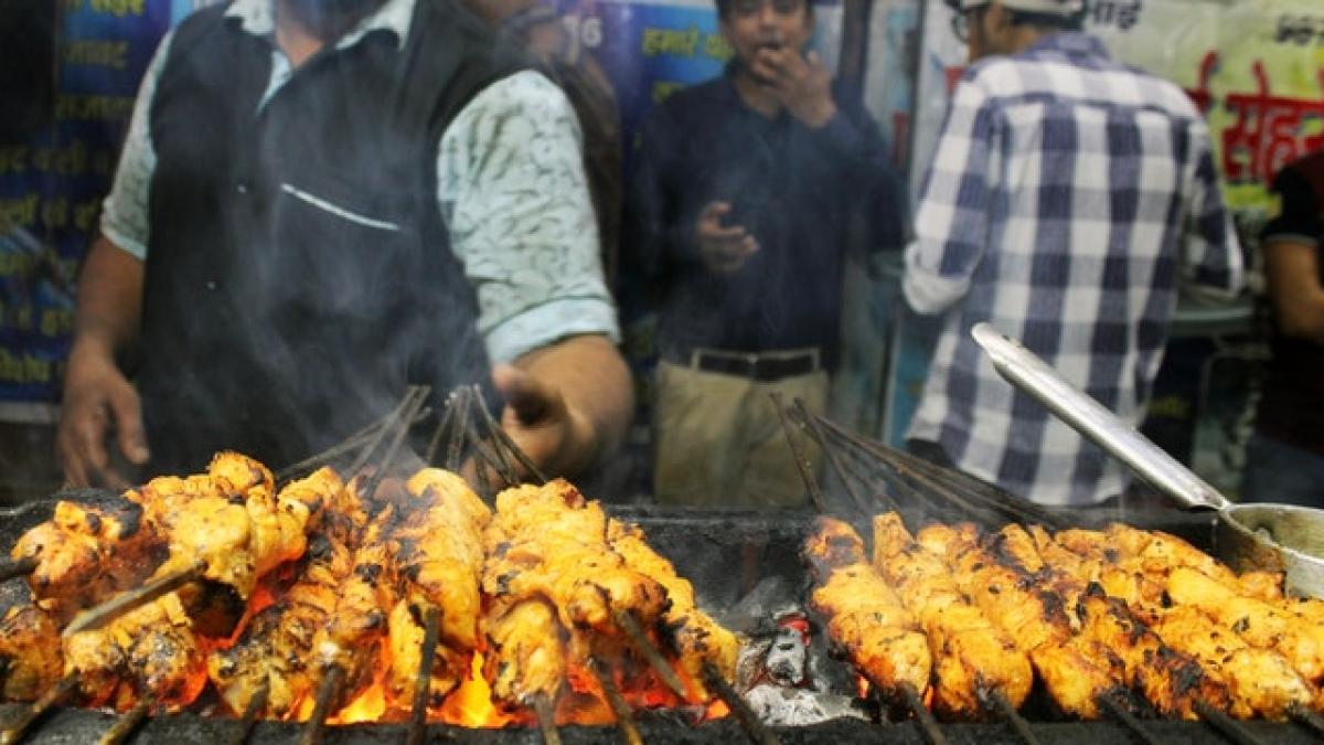 ओखला में शाम होते ही सज जाती हैं कबाब वगैरह की दुकानें