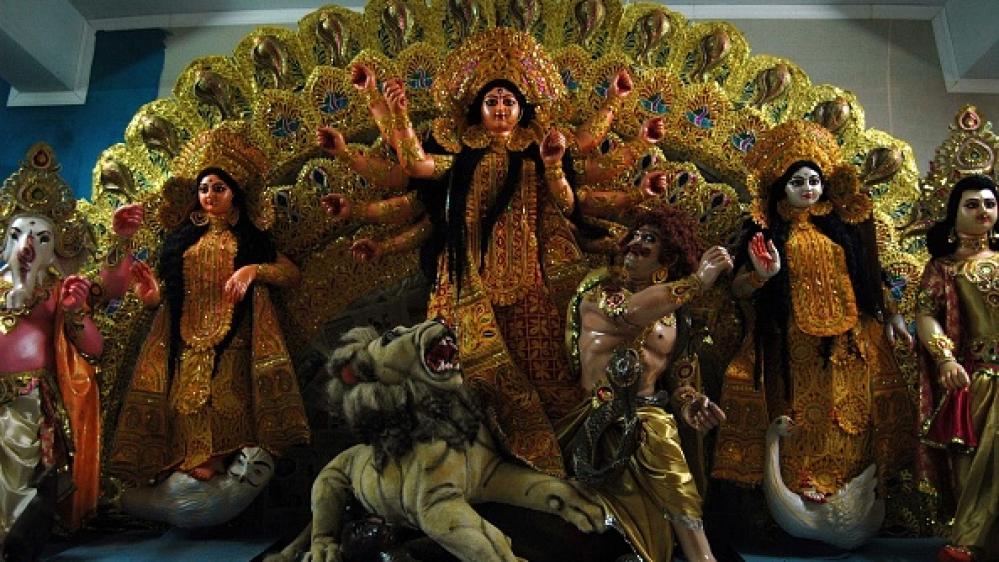 कोलकाता में दुर्गा पूजा उत्सव के लिए बनाई गयी प्रतिमा