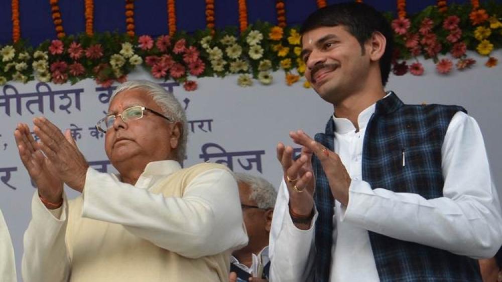 आरजेडी नेता लालू प्रसाद यादव और उनके पुत्र तेज प्रताप यादव की फाइल फोटो