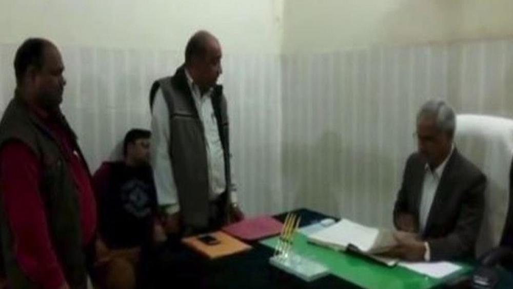 डीएम पीके पांडे ने काम में लापरवाही करने पर अधिकारी को दी धमकी