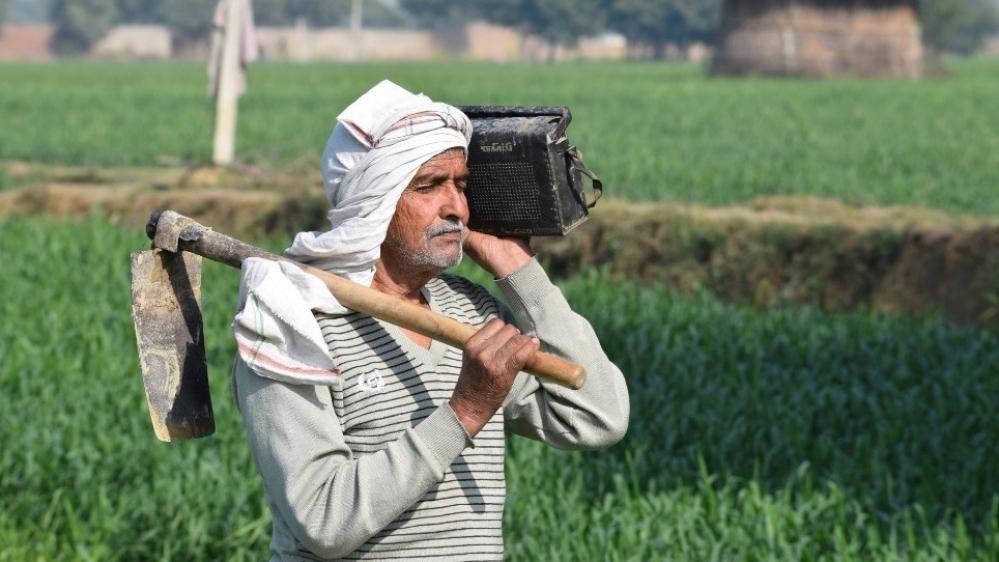 बजट भाषण सुनता हुआ किसान