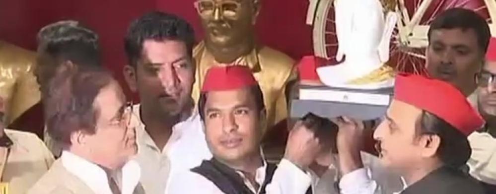 अखिलेश यादव को बुद्ध की प्रतीमा भेंट करते डॉ नवल किशोर, साथ में आजम खान