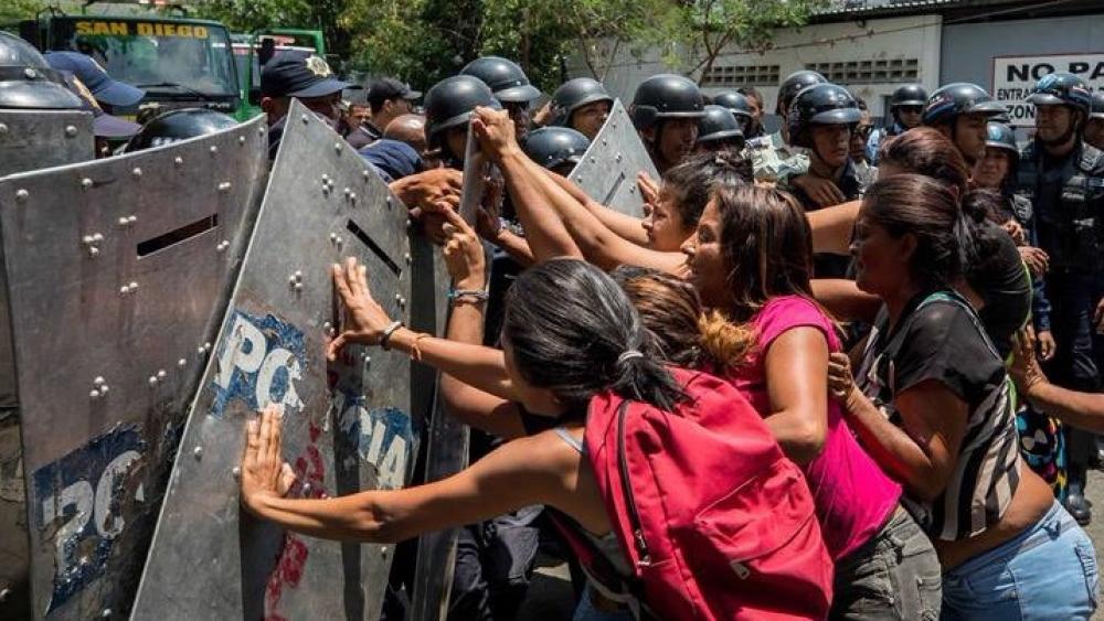 वेनेजुएला में जेल के बाहर मृतकों के परिजनों का हंगामा