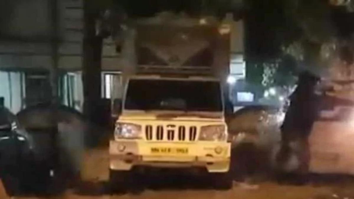 मुंबई में पानी का पाइप लीक, और हवा में उड़ गई कार