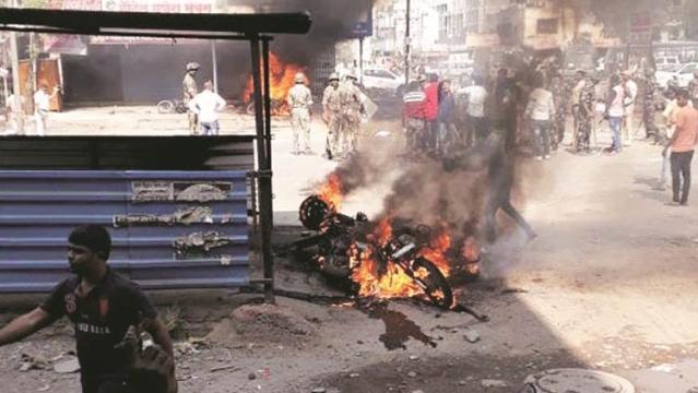 भीमा-कोरेगांव में हुई हिंसा के दौरान आगजनी