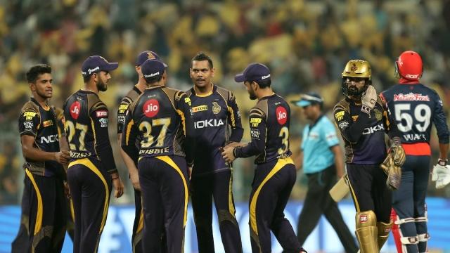 कोलकाता में दिल्ली को हराकर जश्न मनाती केकेआर की टीम