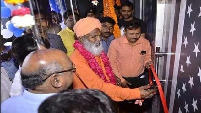 बीजेपी सांसद साक्षी महाराज ने 'नाइट क्लब' का उद्घाटन किया