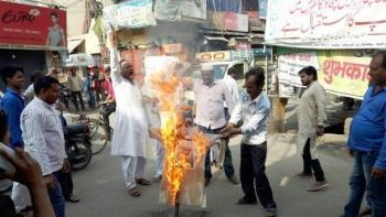 पटना में मौलाना वली रहमानी का पुतला फूंकते हुए मुस्लिम समुदाय के लोग
