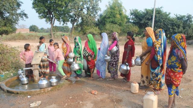 पानी के लिए कतार में खड़ी महिलाएं