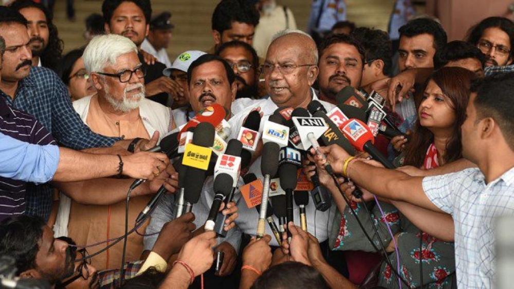 समारोह का बहिष्कार करने के बाद आरसी सुरेश और अन्य राष्ट्रीय फिल्म पुरस्कार विजेता मीडिया से बात करते हुए