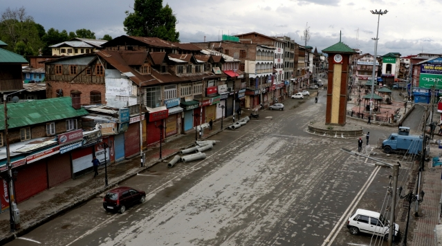 जम्मू-कश्मीर सरकार ने श्रीनगर और आसपास के इलाकों में प्रदर्शनों पर रोक लगा दी है। सोमवार को अलगाववादी संगठनों ने सचिवालय के पास प्रदर्शन का ऐलान किया था, लेकिन वहां सन्नाटा पसरा रहा