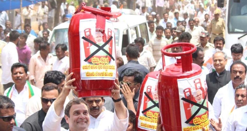 कांग्रेस अध्यक्ष राहुल गांधी ने कर्नाटक के मेलुर में तेल-गैस की बढ़ती कीमतों के मुद्दे पर रोड शो किया। कर्नाटक में विधानसभा के लिए 12 मई को मतदान है, और प्रचार के आखिरी सप्ताह में सभी दलों ने अपना पूरा जोर लगा दिया है।