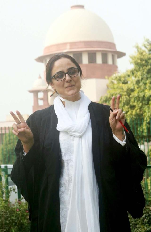 कठुआ रेप केस की सुनवाई पठानकोट स्थानांतरित किए जाने के सुप्रीम कोर्ट केआदेश के बाद प्रसन्न मुद्रा में पीड़ित परिवार की वकील दीपिका सिंह राजावत