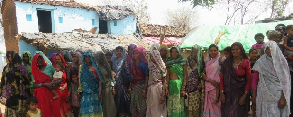 बुंदेलखंड क्षेत्र के गुलेंदा गांव के लोग अपनी समस्या बताते हुए