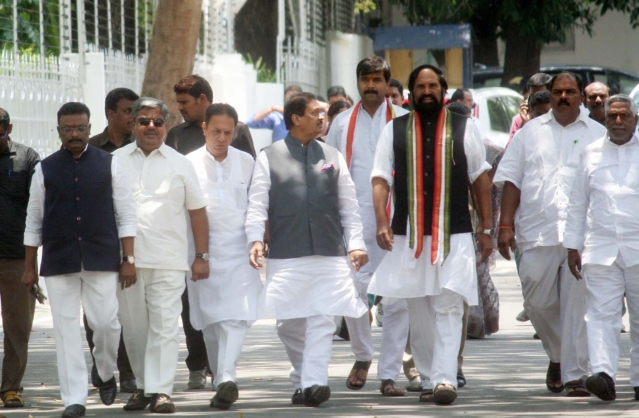 तेलंगाना में सोमवार को कांग्रेस के एक प्रतिनिधिमंडल ने राज्यपाल ई एस एल नरसिम्हन से मुलाकात की। इस प्रतिनिधिमंडल की अगुवाई तेलंगाना कांग्रेस के अध्यक्ष एन उत्तर कुमार रेड्डी ने की