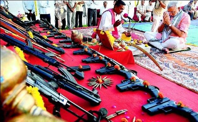 शस्त्र पूजा करते हुए पीएम मोदी की फाइल फोटो