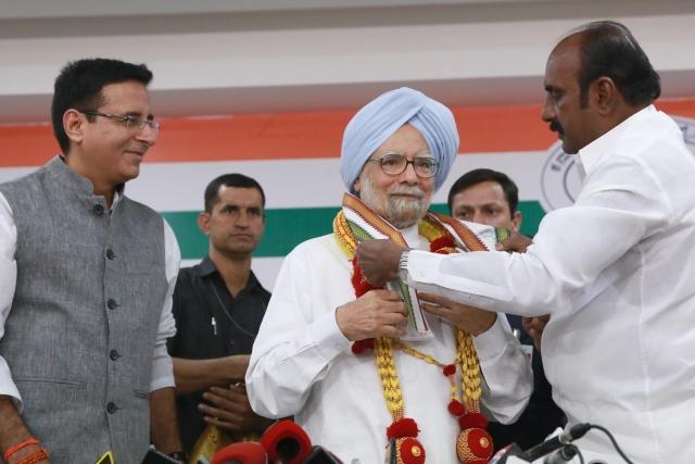 पूर्व प्रधानमंत्री मनमोहन सिंह ने सोमवार को बेंग्लुरु में प्रेस कांफ्रेंस की। इस मौके पर कांग्रेस मीडिया सेल के इंचार्ज रणदीप सिंह सुरजेवाला ने उनका स्वागत किया। प्रेस कांफ्रेंस में मनमोहन सिंह ने कहा कि मोदी सरकार की नीतियों ने देश की अर्थव्यवस्था की कमर तोड़ दी