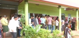 कर्नाटक विधानसभा चुनाव में मतदान करते मतदाता