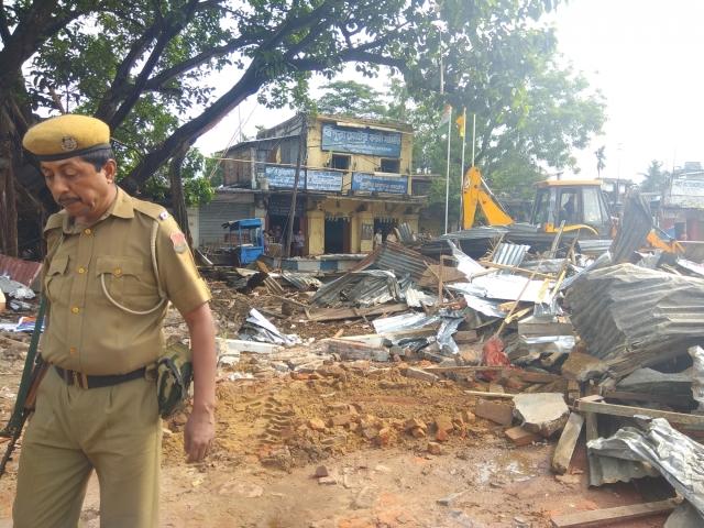 अगरतला में जिला प्रशासन ने राजनीतिक दलों के अवैध रूप से बनाए गए दफ्तरों को तोड़ दिया