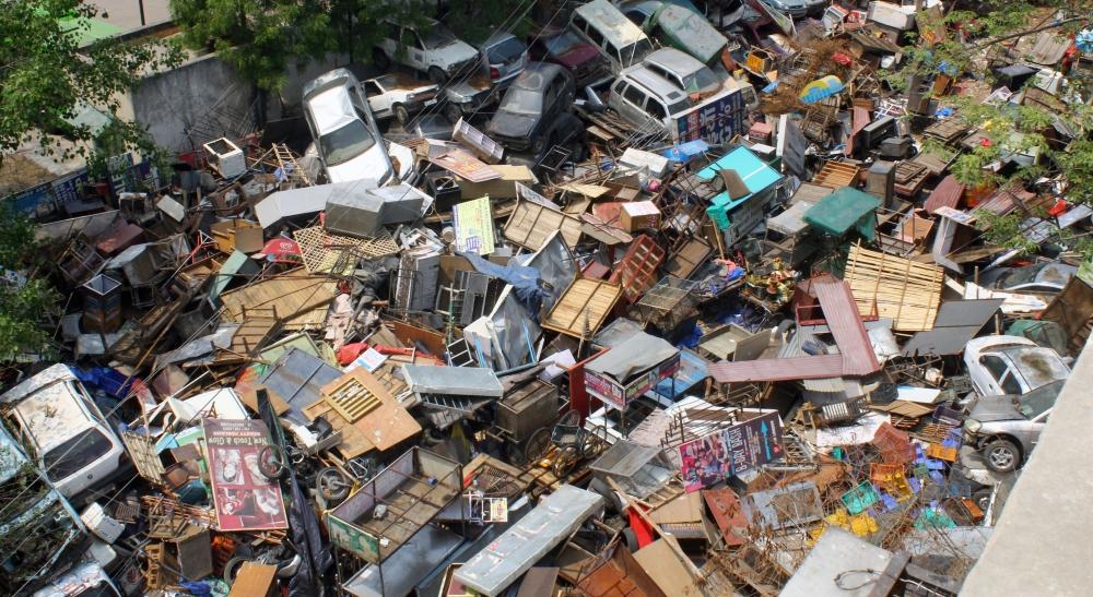 यह किसी तूफान या सुनामी के बाद की तस्वीर नहीं है। यह तस्वीर है देश की राजधानी दिल्ली के पॉश माने जाने वाले दक्षिण इलाके की। तस्वीर में नजर आ रहा सामान, गाड़ियां दरअसल एमसीडी की जब्त की हुई संपत्ति है। अतिक्रमण के खिलाफ चल रहे अभियान के तहत एमसीडी गैर कानूनी निर्माण तो गिरा ही रही है, साथ ही सार्वजनिक जगहों पर रखे गए सामान को भी जब्त कर रही है। इसमें वह गाड़ियां भी हैं जो लोग सड़क किनारे पुरानी होने पर यूं ही छोड़ देते हैं। लेकिन चूंकि एमसीडी के पास ज्यादा जगह नहीं है इसलिए सारा सामान, जिनमें गाड़ियां भी हैं, एक के ऊपर एक फेंक दिया जाता है।