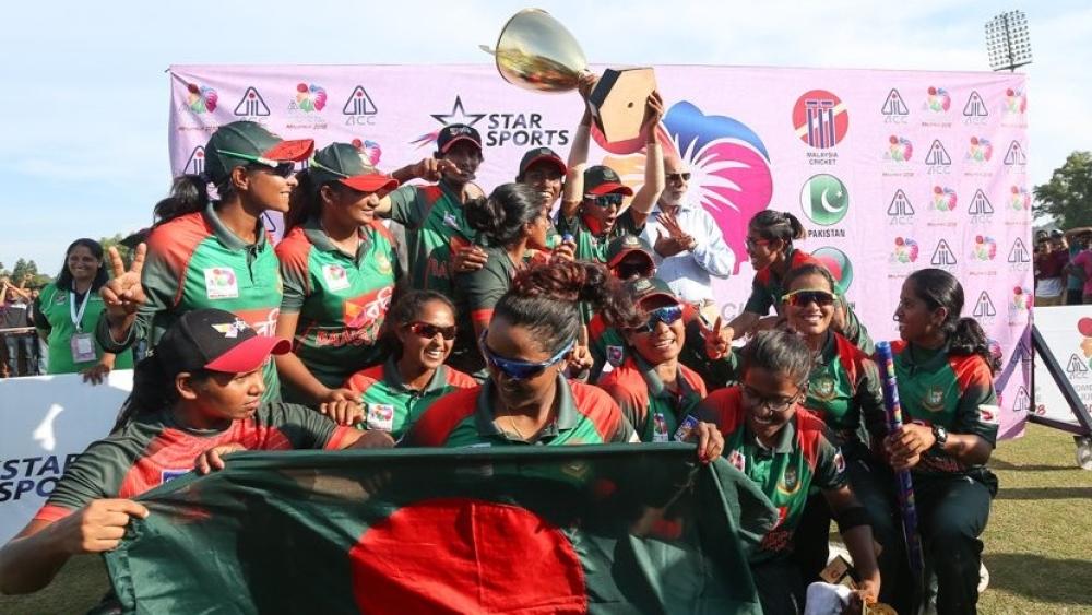 एशिया कप ट्रॉफी के साथ जश्न मनाती बाग्लादेश की टीम