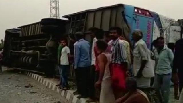 यूपी के मैनपुरी में बस पलटने से 17 लोगों की मौत