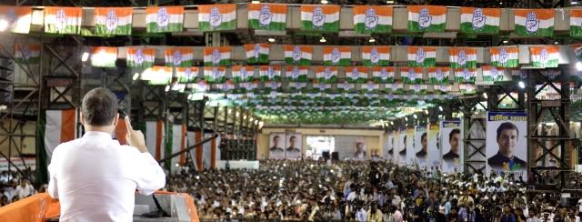 मुंबई में कार्यकर्ताओं को संबोधित करते हुए राहुल गांधी