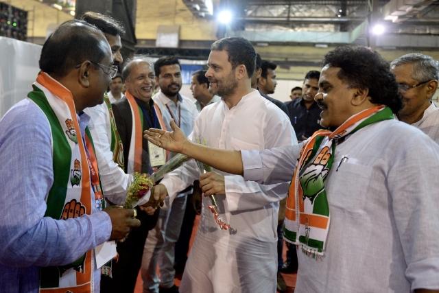 कांग्रेस नेता और कार्यकर्ताओं से मिलते हुए कांग्रेस अध्यक्ष राहुल गांधी