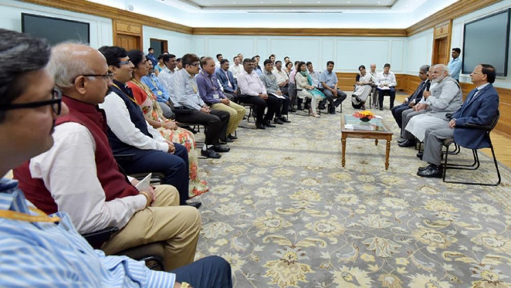अफसरों के साथ बात करते प्रधानमंत्री नरेंद्र मोदी (फाइल फोटो)