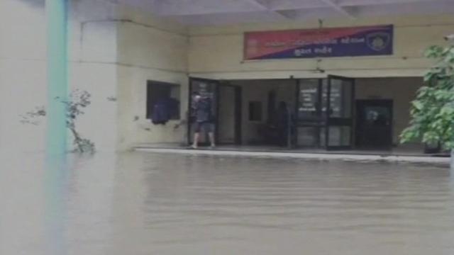 गुजरात में भारी बारिश से जनजीवन अस्तव्यस्त