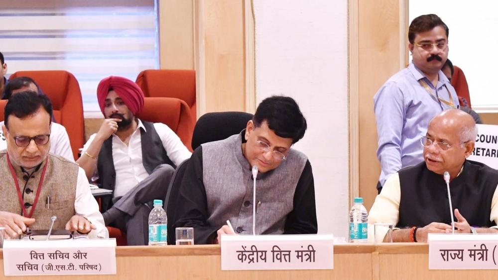 जीएसटी काउंसिल की बैठक में हिस्सा लेते कार्यवाहक वित्त मंत्री पीयूष गोयल, वित्त सचिव और अन्य