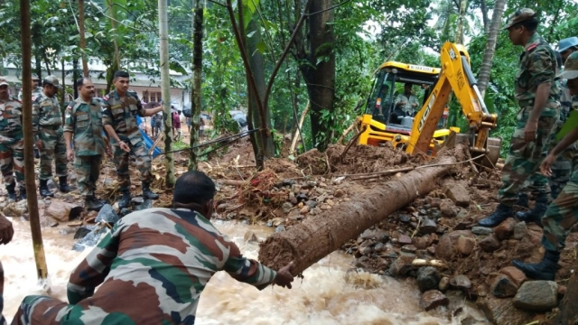केरल में राहत और बचाव के काम में जुटी सेना