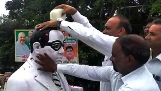 मेरठ में दलित वकीलों ने गंगाजल से अंबेडकर की प्रतिमा का किया शुद्धिकरण