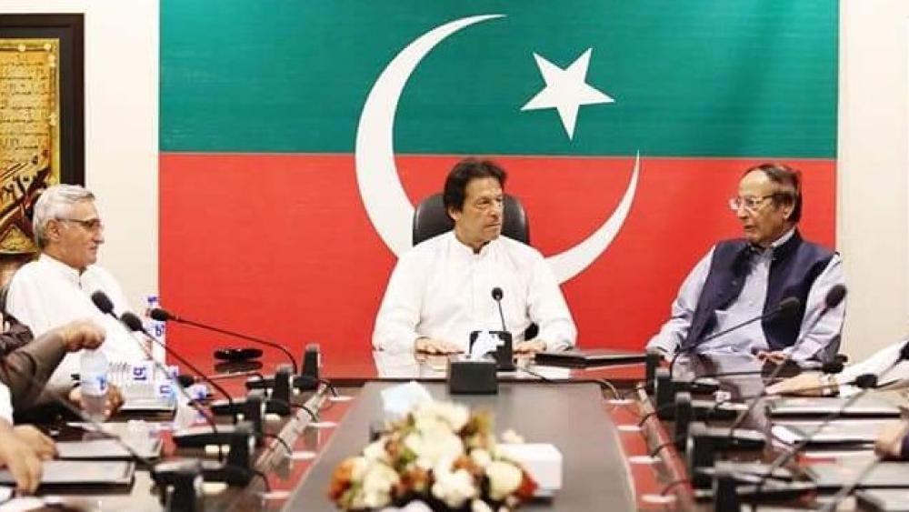 चुनाव में जीत के बाद पार्टी नेताओं के साथ बैठक करते इमरान खान