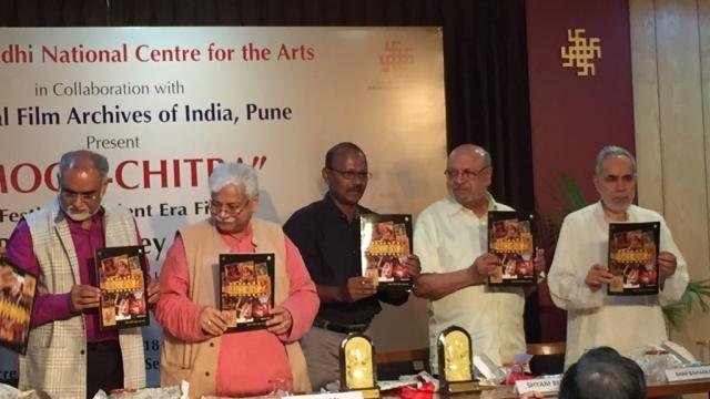 इकबाल रिज़वी की किताब पोस्टर बोलते हैं का लोकार्पण करते प्रख्यात फिल्मकार श्याम बेनेगल। तस्वीर में (बाएं से) इंदिरा गांधी राष्ट्रीय कला केंद्र के सदस्य सचिव सच्चिदानंद जोशी, फिल्म अभिनेता अतुल तिवारी, लेखक और पत्रकार इकबाल रिज़वी, फिल्मकार श्याम बेनेगल और इंदिरा गांधी राष्ट्रीय कला केंद्र न्यास के अध्यक्ष राम बहादुर राय