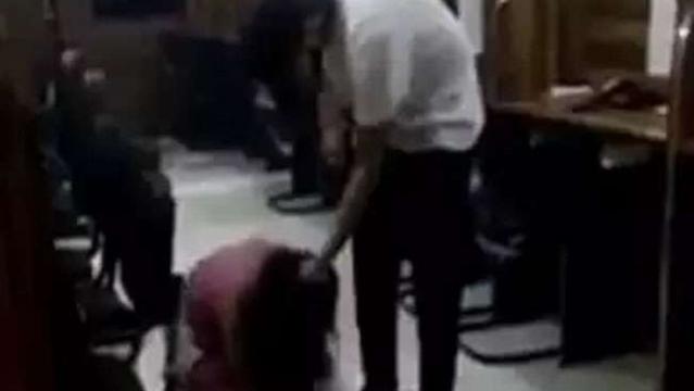 दिल्ली में लड़की को बेरहमी पीटते हुए एसआई के बेटे का वीडियो वायरल, गिरफ्तार