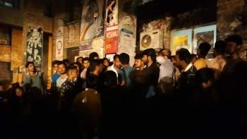 मतगणना हॉल के बाहर जुटे छात्र