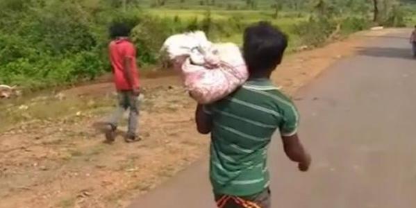 ओडिशा में पोस्टमार्टम के लिए कंधे पर लादकर 8 किलोमीटर ले जाना पड़ा बेटी का शव