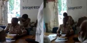 बिहार के कैमूर में फरीयादी से दरोगा ने करवाया मसाज