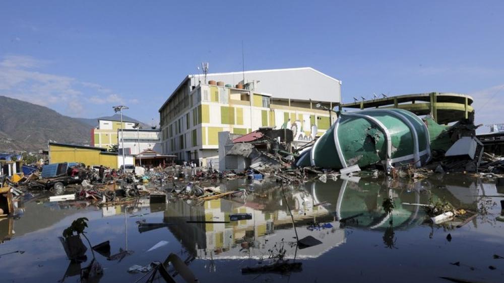 इंडोनेशिया में भूकंप और सुनामी के बाद मृतकों को सामूहिक दफनाने की हो रही तैयारी