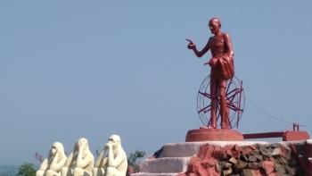 महात्मा गांधी की यह प्रतिमा उनके नाम पर स्थापित अंतर्राष्ट्रीय विश्वविद्यालय परिसर में बनाई गई है। इस पहाड़ी का नाम भी गांधी हिल्स रखा गया है। गांधी जी के साथ उनके तीन बंदरों को भी गांधी हिल्स में बनााया गया है।